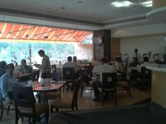 Spree Shivai Hotel: Busy breakfast