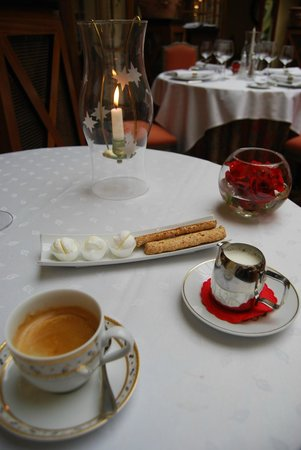 Stikliai Restaurant: Coffee and complimentary pâtisseries