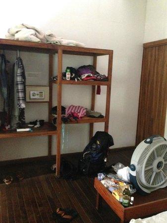 Pargo Feliz Hotel: Regal im Zimmer
