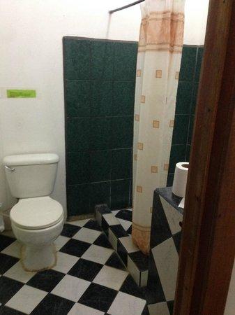 Pargo Feliz Hotel: Toilette + Dusche
