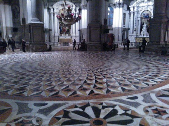 Basilica di Santa Maria della Salute : Pavimento e statue