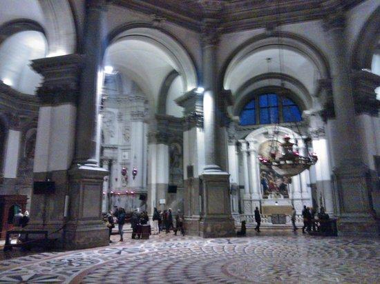 Basilica di Santa Maria della Salute: Marmi e tele
