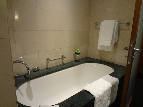 Jumeirah Emirates Towers: Bath tab