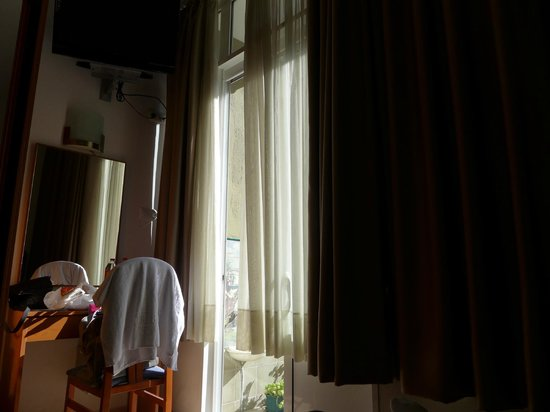 Hostal Ramos: Комната вполне защищена от солнца в солнечный день