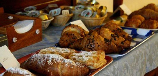 """""""Casa fiorita"""" Bed and Breakfast: Super colazione (parziale)"""