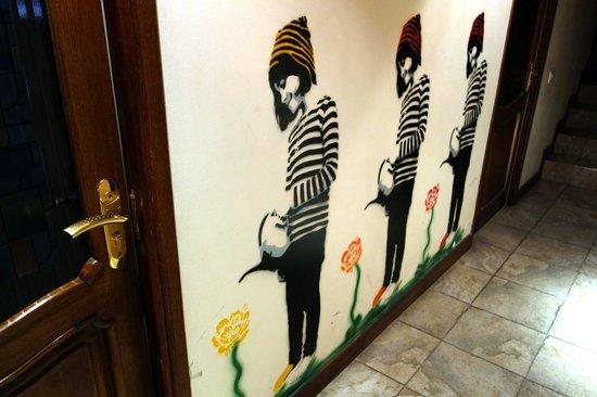 DownTown Hostel: Рисунок на стене хостела