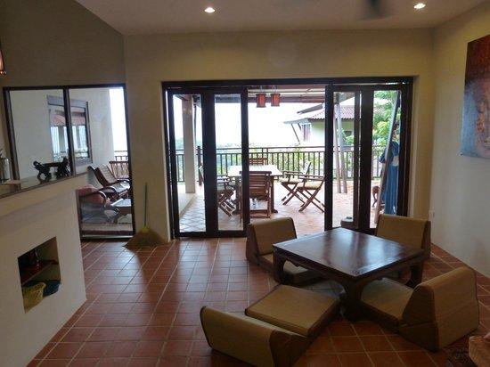 Baan KanTiang See Villa Resort (2 bedroom villas) : Blick vom Wohnzimmer auf die Terrasse