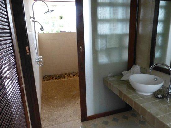 Baan KanTiang See Villa Resort (2 bedroom villas) : Aussendusche