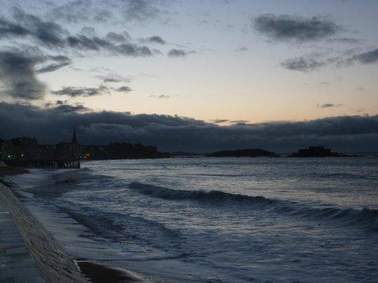 Kyriad Saint Malo Centre - Plage: Vue devant l'hôtel