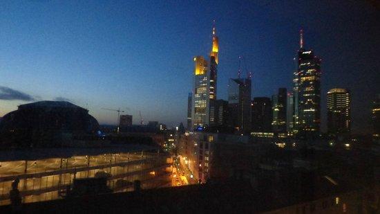 Hilton Frankfurt City Centre : Nascer do sol (8h30 em dezembro)