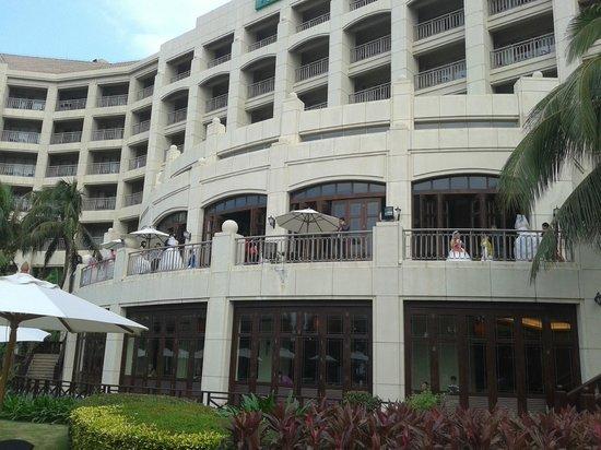 Holiday Inn Resort Sanya Bay: Главное здание- со стороны моря