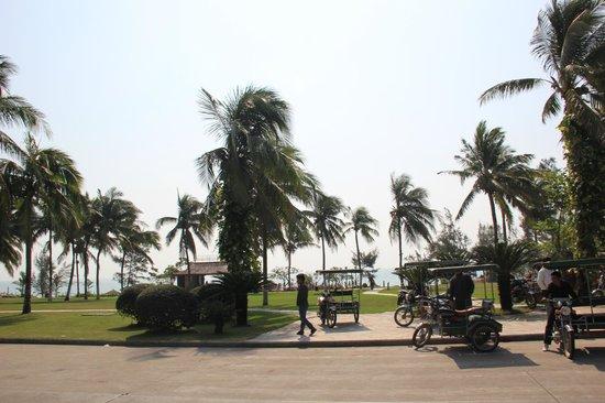 Holiday Inn Resort Sanya Bay: Лужайка у пляжа