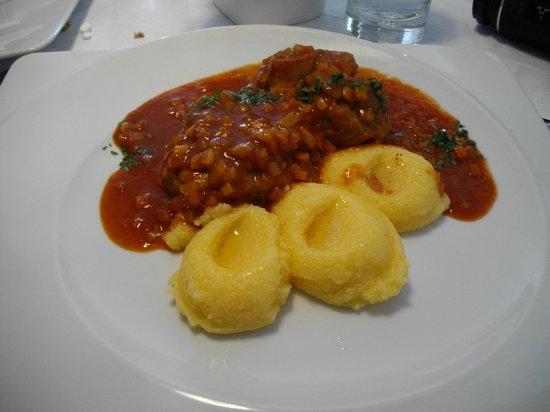 Oberlechner: Piatto unico: polenta e ossobuco di maiale. Ottimo!