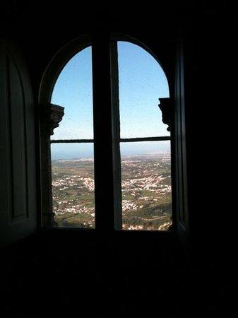 Park and National Palace of Pena: Vista de uma das janelas do castelo.