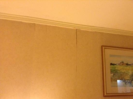 Best Western Oxford Suites Makati: peeling wallpaper in tired worn room