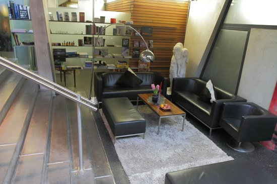 Hotel Lux Alpinae: Chill out sitting area with fire, books & magazines