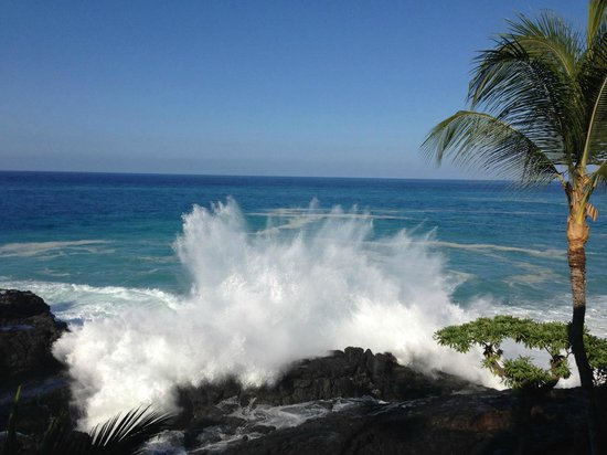 Sheraton Kona Resort & Spa at Keauhou Bay: Waves crashing in front of room