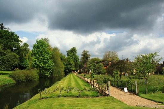 Hever Castle & Gardens : Schöne Regenwolkenkulisse vor Hever Castle