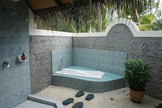 Sun Aqua Vilu Reef: Bathroom Beachvilla