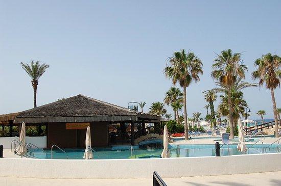 Adams Beach Hotel: бар в бассейне