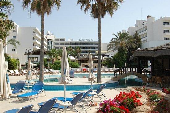 Adams Beach Hotel: с лужайки на отель