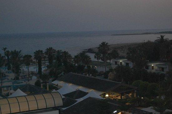 Adams Beach Hotel: ночью