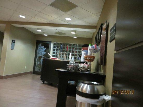 Hampton Inn Ft. Myers - Airport I-75: happy hour