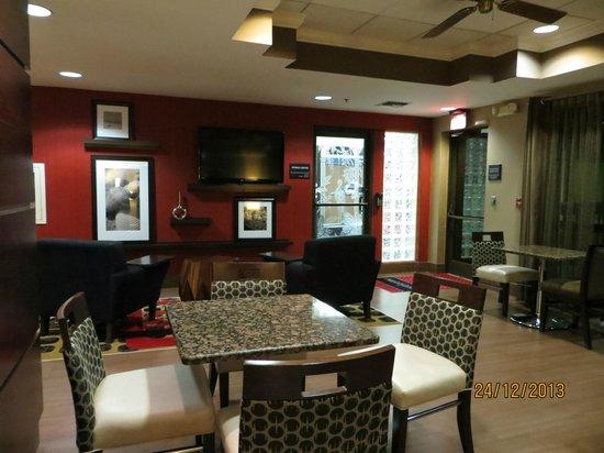 Hampton Inn Ft. Myers - Airport I-75 : Área do café da manhã