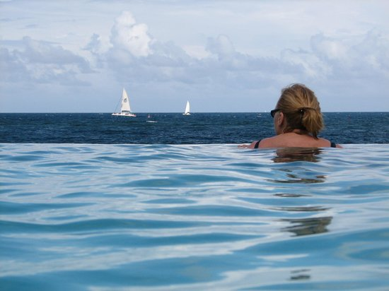 Oyster Bay Beach Resort: Infinity: the Pool and sailing boats on the ocean