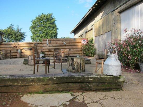 Motorherberg Les Arondes: herberg tuin