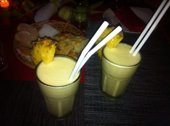 Danima Restaurant: cockatil pinacolada e ananas, con cristini e focaccia