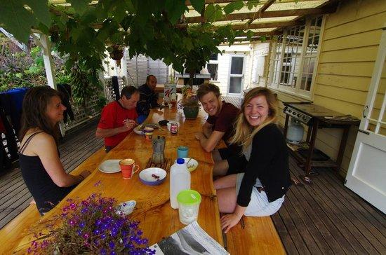 Endless Summer Lodge : Der große Esstisch unter Weinranken
