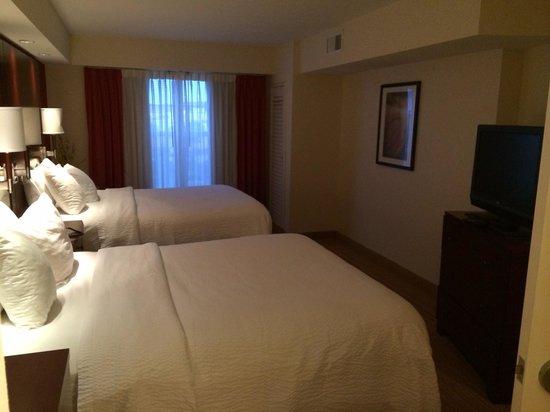 Residence Inn Fort Myers Sanibel: Schlafzimmer mit zwei großen Betten