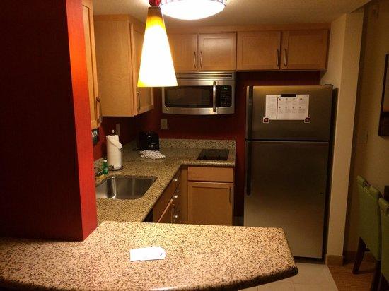Residence Inn Fort Myers Sanibel: Küche mit riesem Kühlschrank, Spülmaschine etc.