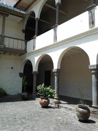 Pre-Columbian Art Museum: Lindo prédioespanhol.