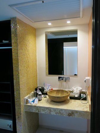 Cache Hotel Boutique: Modern and clean bathroom