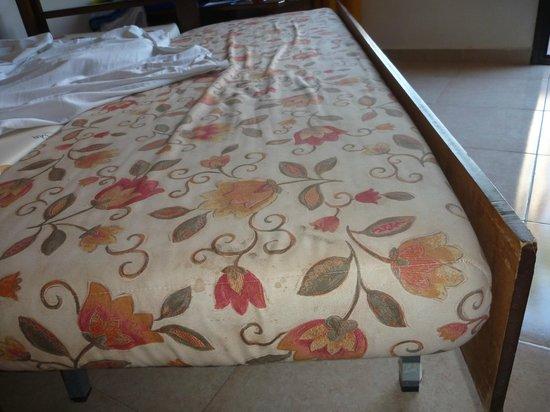 Oasis Duna Hotel: Das Sofa, was bei einer 4-köpfigen Familie zum Bett ausgezogen wird hat unansehnliche Flecken un