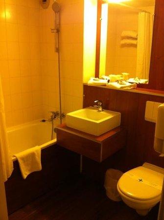 Kyriad Lyon - Aéroport Saint Exupéry : salle de bain