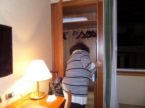 Hotel Apogia Lloyd Roma : closet with safe