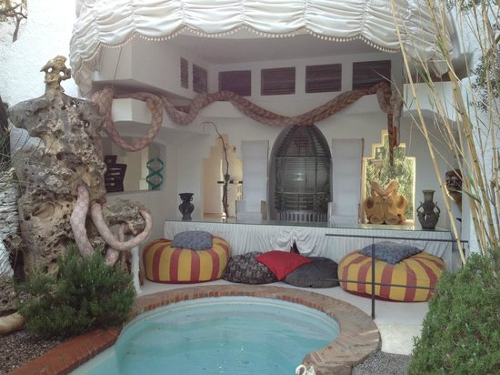 Casa-Museo de Dalí: One of the numerous terrasse, this one with a small pool.