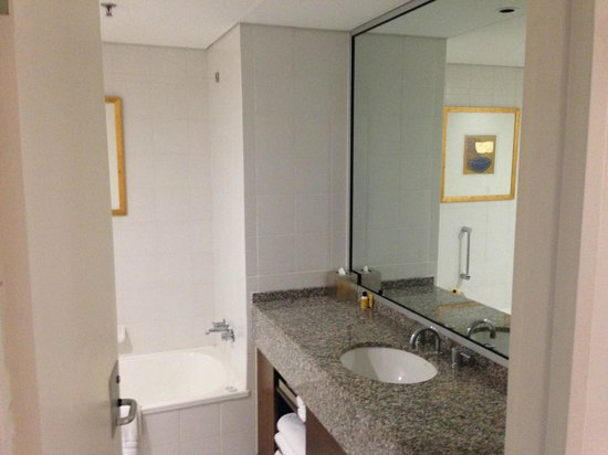 Hyatt Regency Perth: Bathroom - big and roomy with separate bath and shower