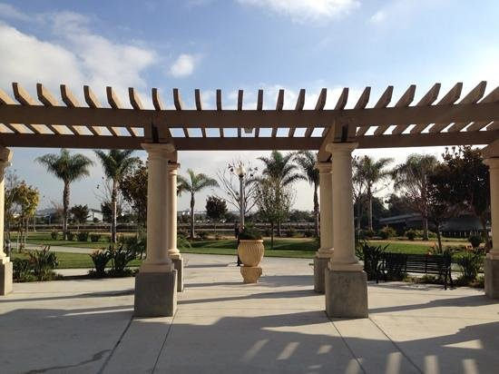 Homewood Suites by Hilton San Diego Airport - Liberty Station : shaded area outside hotel
