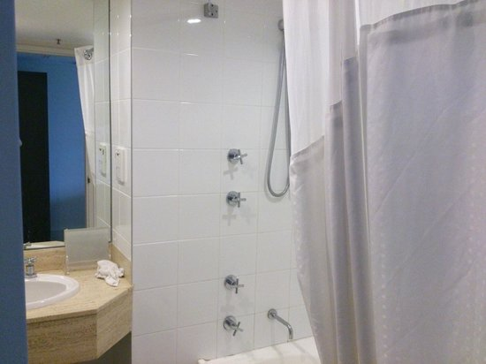 Hotel Jen Brisbane By Shangri-La: Bathroom nice and bright and curtain over bath and shower