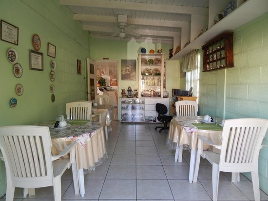 Country Inn : Cheery breakfast room