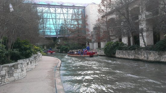 Grand Hyatt San Antonio: Riverwalk below the hotel