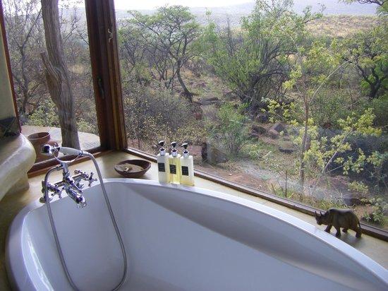 Nedile Lodge: The welcoming bath overlooking the bush