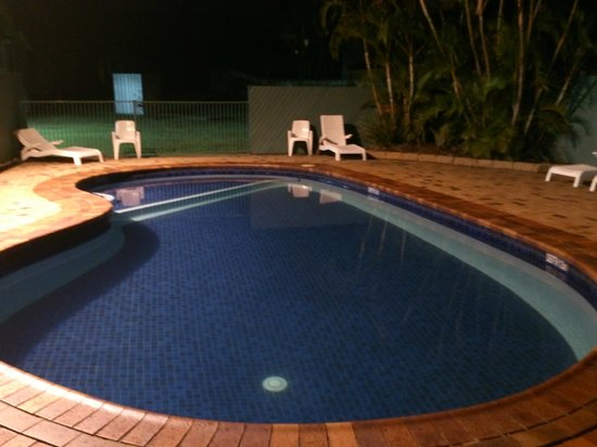 Alex Beach Cabins & Tourist Park : this particular night the pool was empty it was a working weekday not the weekend