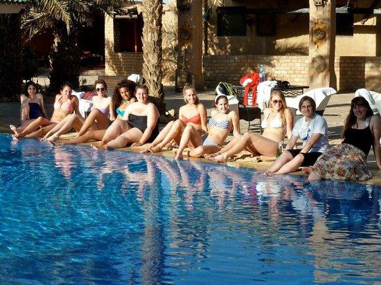 Kasbah Hotel Xaluca Arfoud: Friends at the pool