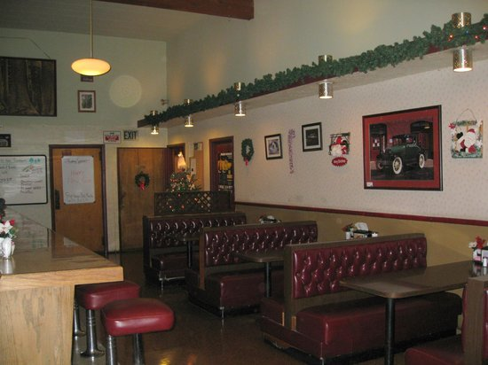 Timbers Restaurant & Lounge: The Timbers - pleasant interior