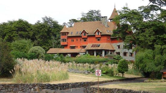 Petrohue Lodge: Hotel and gardens